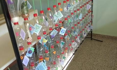 Mensajes de los elementos químicos dentro de una botella